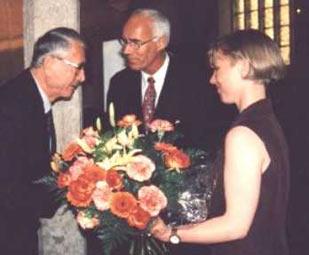 Prof. J. Heinrich (Mitte) gratuliert Dr. Hk. Bauer (Wiesbaden) zum Geburtstag, Dr. Constanze Kissing (Rechts)