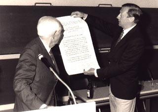 Verleihung der Ehrenmitgliedschaft der AG an Dr. Willy Busch (Buenos Aires/Argentinien) durch Dr. St. Seidl (rechts) auf der Tagung in Freiburg 1990